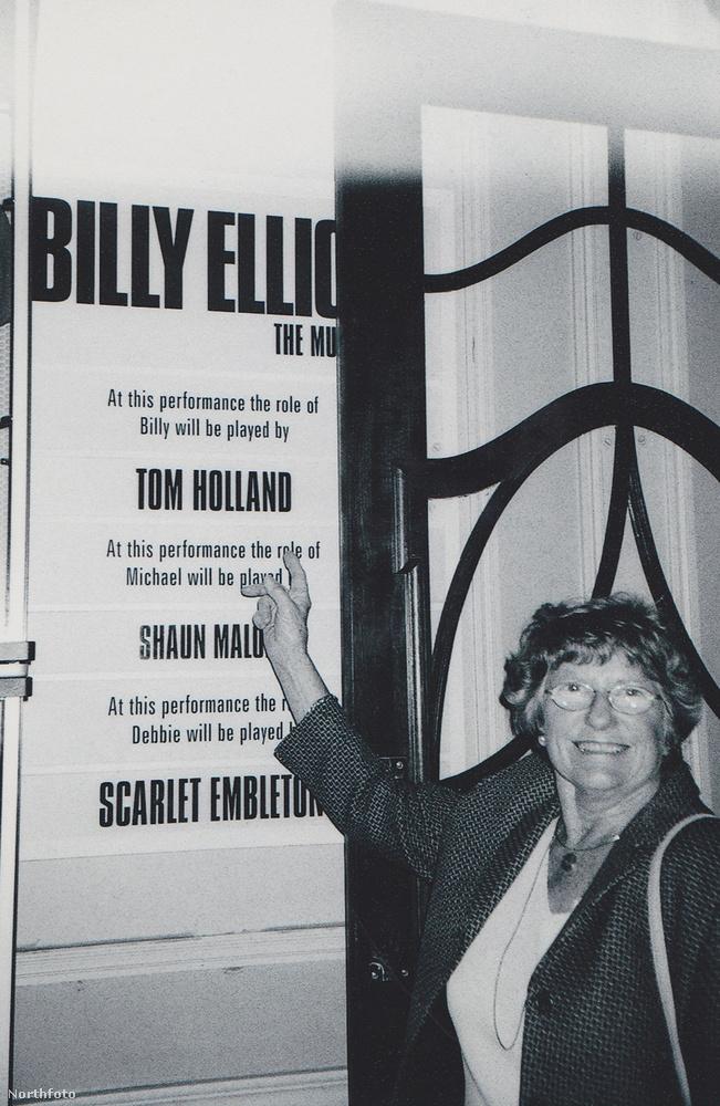 A nagymamája büszkén mutatja, hogy az ő unokája neve bizony ott van azon a plakáton, ami a színdarabot hirdeti.