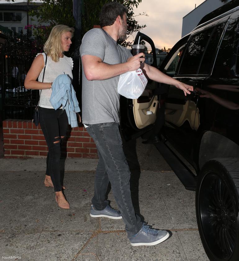 Az előzékeny fiatalember még a kocsiajtót is kinyitja a barátnőnek