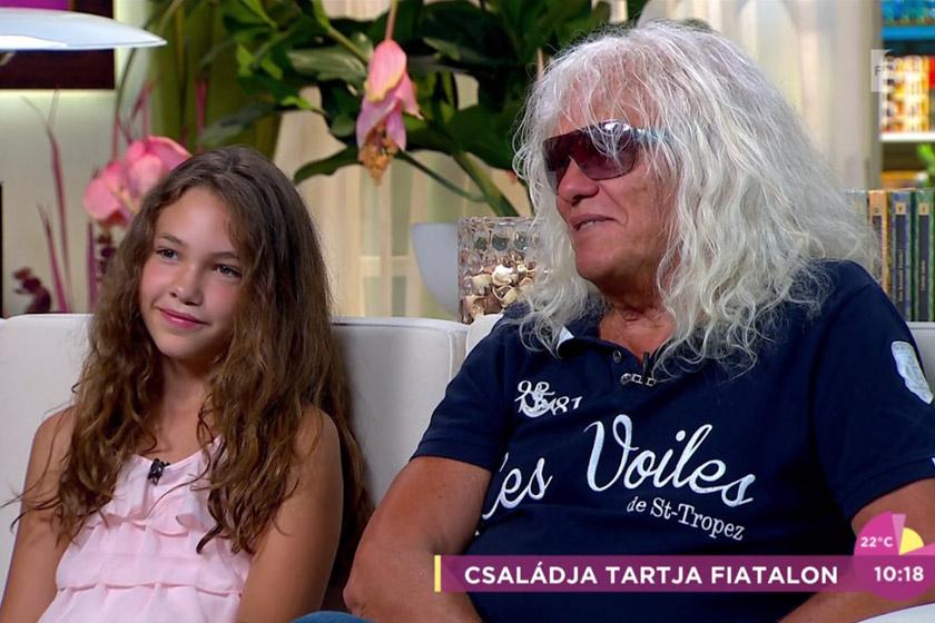 Kóbor János már elmúlt 60, amikor megszületett Léna. Az énekes élvezi a kései apaságot.