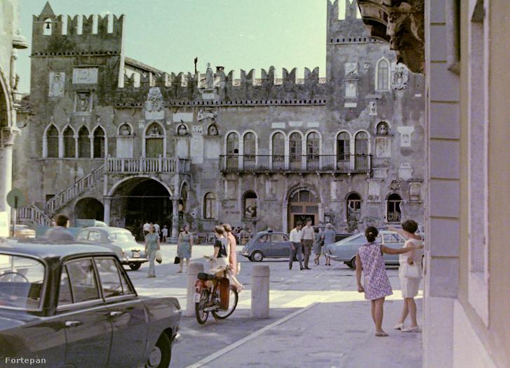 Utcaikép Koperből a városházával (1969.)