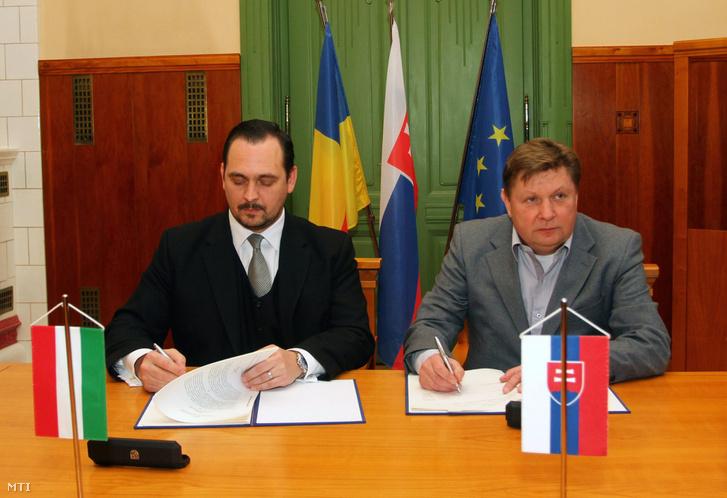 Mengyi Roland a Borsod-Abaúj-Zemplén Megyei Közgyűlés elnökeként (b) és Zdenko Trebula Kassa megyefőnöke (j) aláírja a Via Carpatia Korlátolt Felelősségű Európai Területi Együttműködési Csoportosulás alapításához szükséges egyezményt és alapszabályt 2013. január 9-én Kassán a megyeházán.