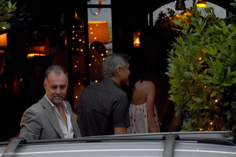 Az, amelyik háttal áll, nem más, mint George Clooney