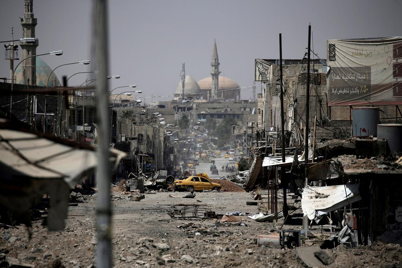 A második napomat töltöttem Moszulban az iraki rendfenntartókat kísérve. Ahogy egyre közelebb értünk a katonák állomáshelyéhez, úgy vált egyre világosabbá, mit jelent az, ami egyszerűen, két szóban leírva csak ennyi: a háború pusztítása.                         Csak nyomokban felismerhetők a lerombolt épületek, a feldúlt utcák, a teljesen eldeformálódott autók és a kihalt környék, ami egykor egy nagyváros nyüzgő főutcája volt kávézókkal, éttermekkel, és imára hívó mecsettel a távolban. A normális világ rendjére egyedül az a sárga taxi emlékeztet, ami szétlőve állt az út közepén.