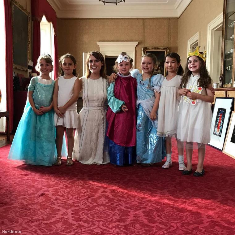 Victoria és David Beckham tündéri kislánya, Harper hatodik születésnapját a Buckingham palotában ünnepelte, királyi körülmények között