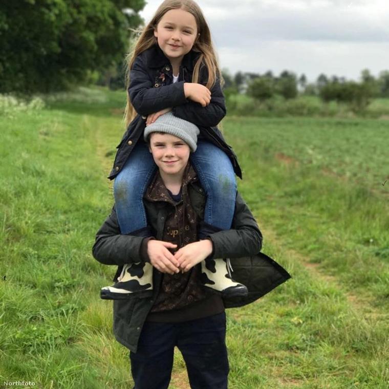 """Cruz Beckham pedig ezzel a képpel és egy szívhez szóló üzenettel lepte meg testvérét:""""Kedves Harper, el se hiszem, hogy már ilyen nagylány vagy! Nagyon szeretlek, te vagy a legjobb tesó a világon!"""""""