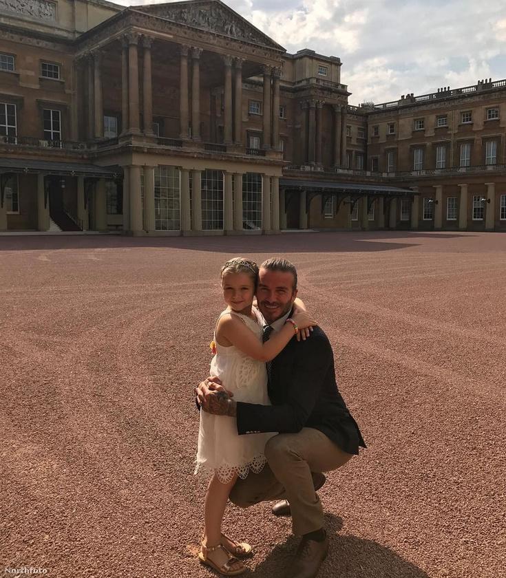 Harper Beckhamet édesapja kísérte el a királyi gyerekzsúrba