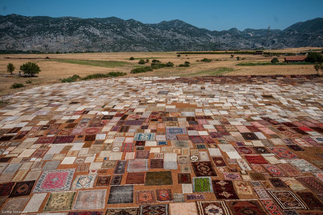 Kézzel szőtt szőnyegek a törökországi Antalyában.