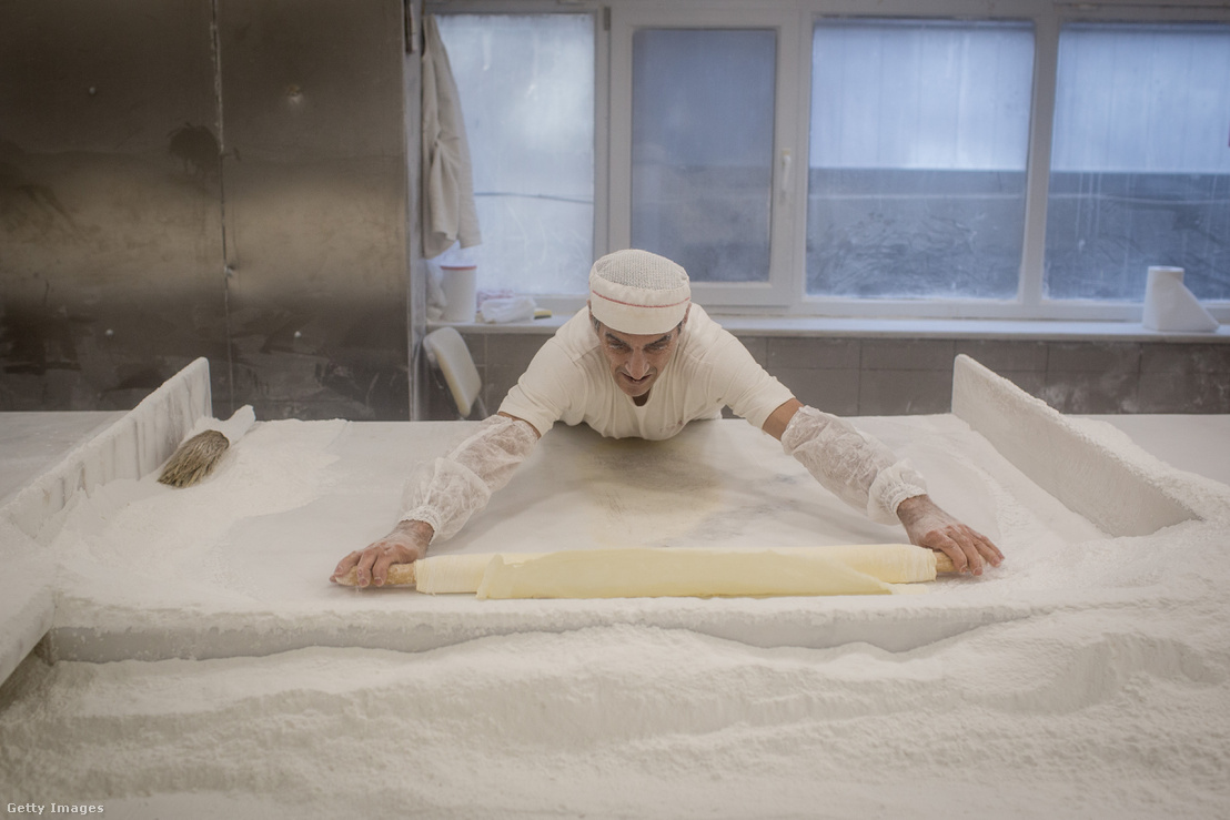 Török pék, baklava készítés közben.