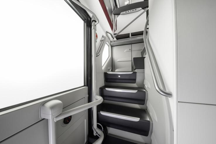 Két lépcsőház is van a buszban. A képen látható a középső ajtó mellett