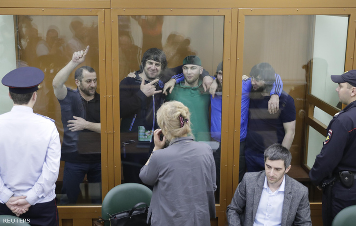 Az öt észak-kaukázusi férfi, akiket azzal gyanúsítanak, hogy közreműködtek Borisz Nyemcov megölésében a moszkvai katonai bíróságon 2017. július 12-én