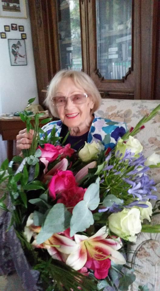 Rátonyi Róbert feleségét a 90. születésnapján hatalmas virágcsokorral köszöntötte családja.