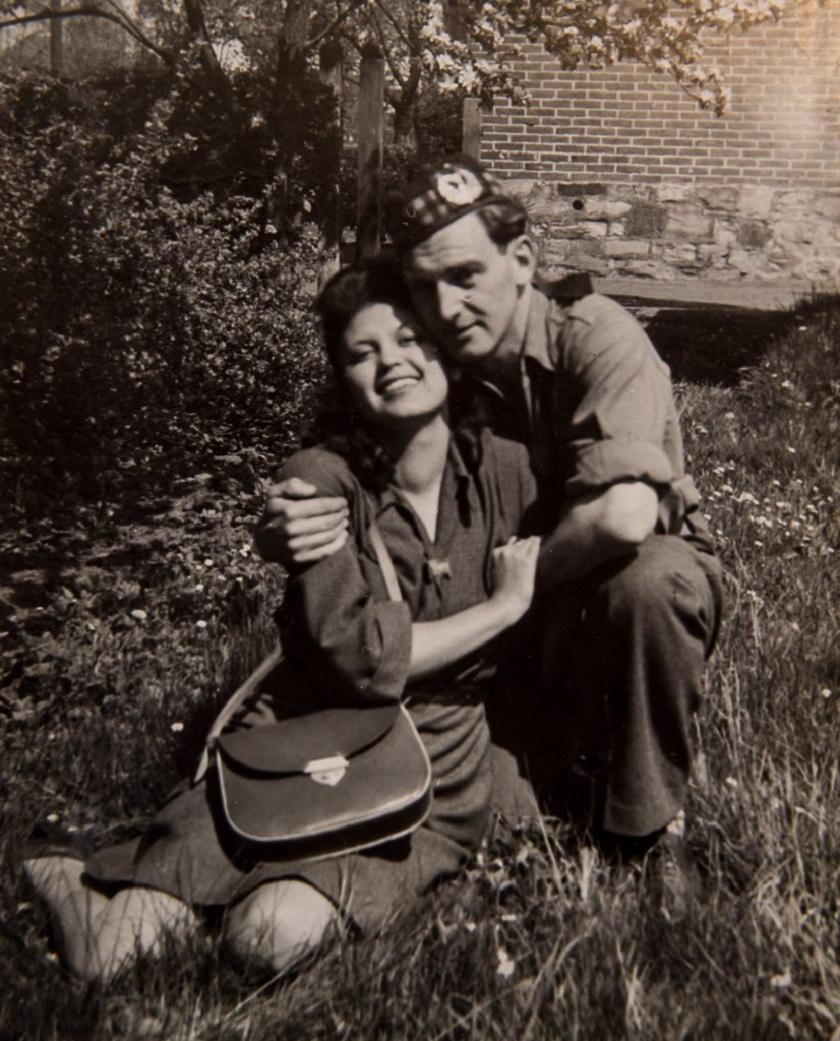 A fiatalok a nehéz időkben, borzalmak közepette találtak egymásra, a képről mégis sugárzik a szerelem.