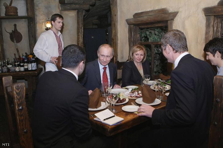 Vlagyimir Putyin orosz kormányfő és neje Ljudmilla, Gyurcsány Ferenc korábbi magyar miniszterelnök és Dobrev Klára társaságában egy moszkvai étteremben 2009. november 24-én