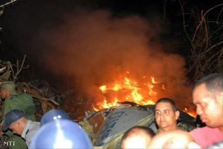 A szerencsétlenül járt gép roncsai lángolnak Guasimal közelében 2010. november 4-én (Fotó: Escambray)
