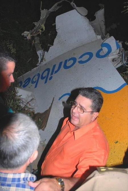 Miguel Acebo, a Kubai Kommunista Párt Santi Spíritus tartományi első titkára beszél a szerencsétlenül járt gép roncsai mellett (Fotó: Escambray)