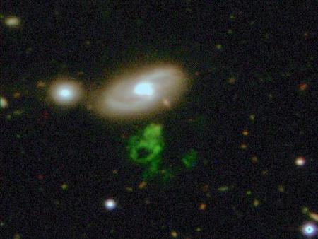 A furcsa alakú zöld objektum egy gázfelhő, melynek fénylését a közelében található IC 2497 katalógusjelű galaxis centrumában lévő kvazár sugárzása gerjesztette. Az új vizsgálatok szerint a kvazár közben leállt, sugárzási intenzitása a jelenlegi elméletekkel nem összeegyeztethető gyorsasággal a korábbinak töredékére csökkent, ami azonban Hanny objektuma nélkül nem is derült volna ki. [WIYN/William Keel/Anna Manning]