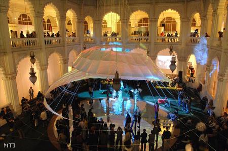 Fényinstalláció és performansz az Iparművészeti Múzeum Nagycsarnokában a 2009-es múzeumok éjszakáján (Fotó: Kollányi Péter)