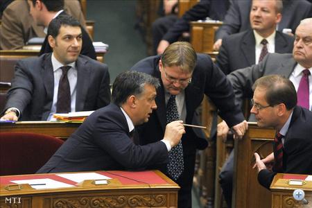 Orbán Viktor miniszterelnök (b), Répássy Róbert, a Közigazgatási és Igazságügyi Minisztérium államtitkára (k), Navracsics Tibor miniszterelnök-helyettes, közigazgatási és igazságügyi miniszter beszélget a szavazást követően az Országgyűlés plenáris ülésén.
