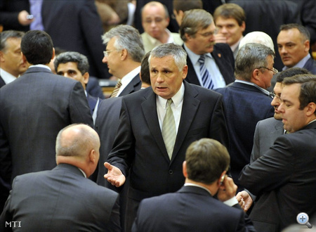 Balczó Zoltán, az Országgyűlés alelnöke (Jobbik) képviselőkkel beszélget a szavazást követően elrendelt szünetben.