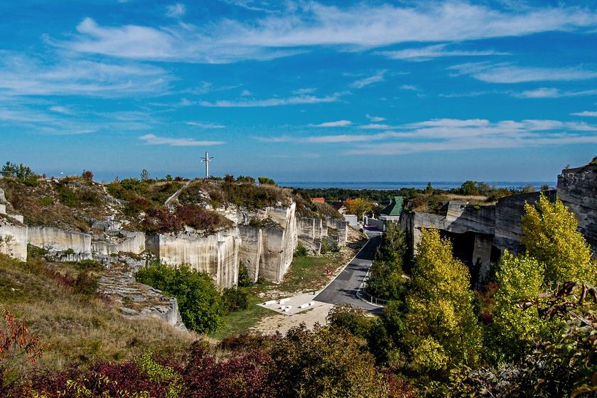 A magyar oldalon Fertőrákos barlangszínházként működő kőfejtője, strandja, vízisport-telepe és emlékhelyei, valamint Fertődön az Esterházy-kastély és a túrautak jelentik a legnagyobb vonzerőt.