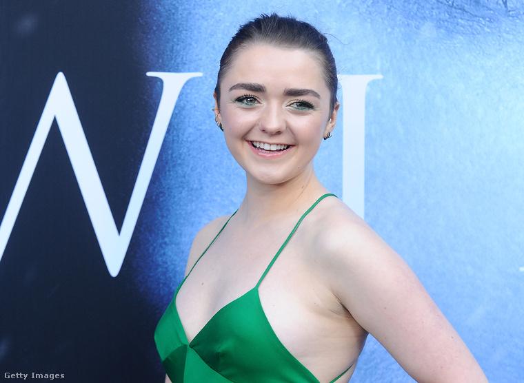 Természetesen a sorozatbéli húgát, Arya Starkot megformáló Maisie Williams is.