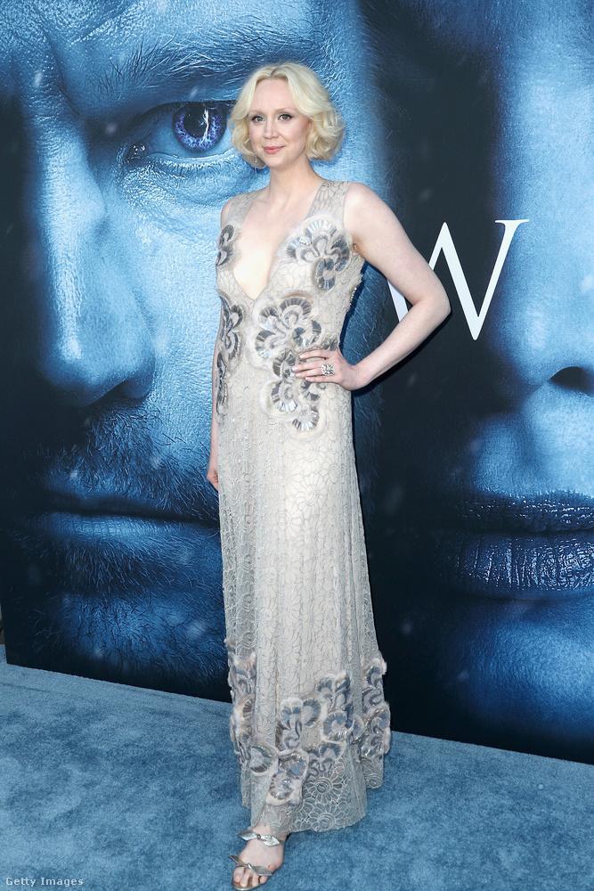 Gwendoline Christie (Brienne) egészen látomásszerűen nézett ki ebben a világos ruhában,