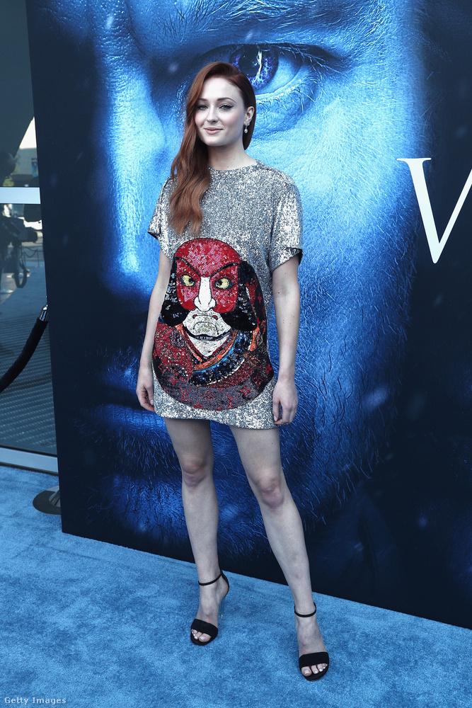 Los Angelesben megtartották a Trónok harca új évadának premierjét, ezt az alkalmat pedig arra használjuk, hogy megkérdezzük önöket: ki nézett ki a legjobban ezen bemutatón?Első képeinken a Sansa Starkot alakító Sophie Turner látható.
