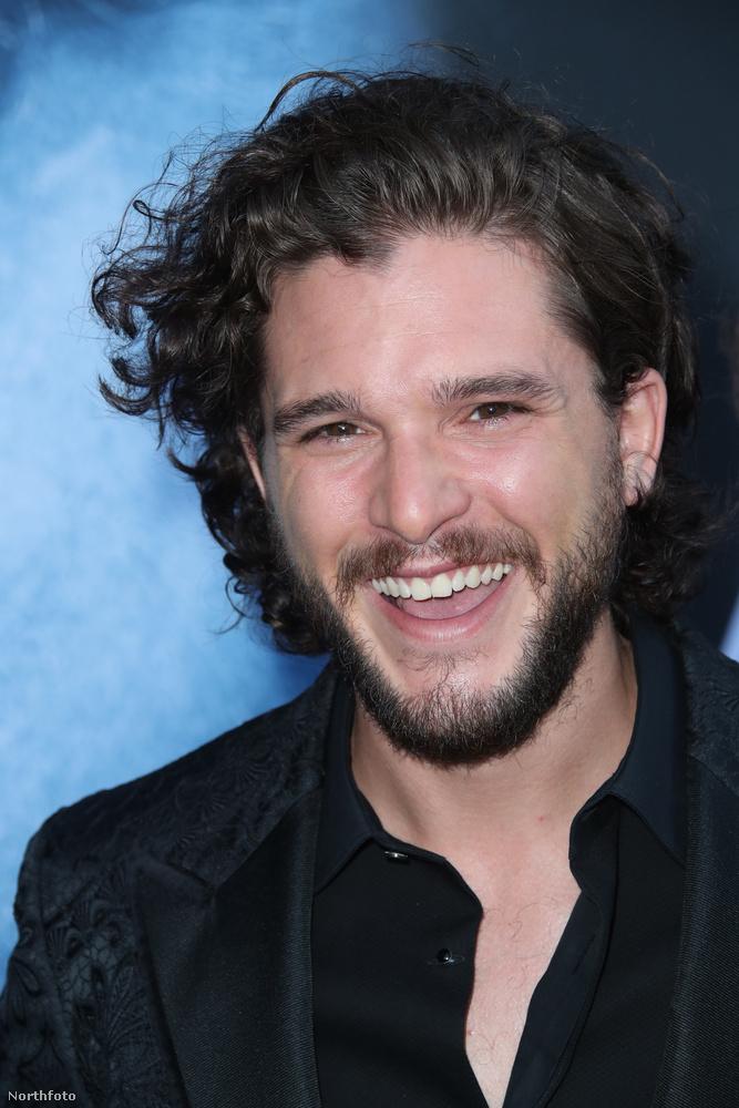 Ő meg a tavalyira nem ment el, de a 30 éves színész is csak annyiban változott, hogy szőrösebb lett az arca.