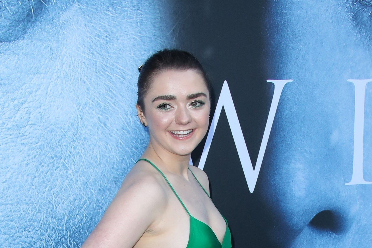 maisie-williams-tronok-harca-premier-zold-ruha-cover