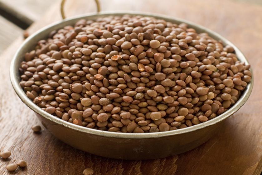 A lencse laktató főételek alapja lehet. Nemcsak 100 grammonként 8 gramm rost van benne, de 9 gramm proteint is tartalmaz, így - akárcsak a többi hüvelyest - érdemes rendszeresen enni.