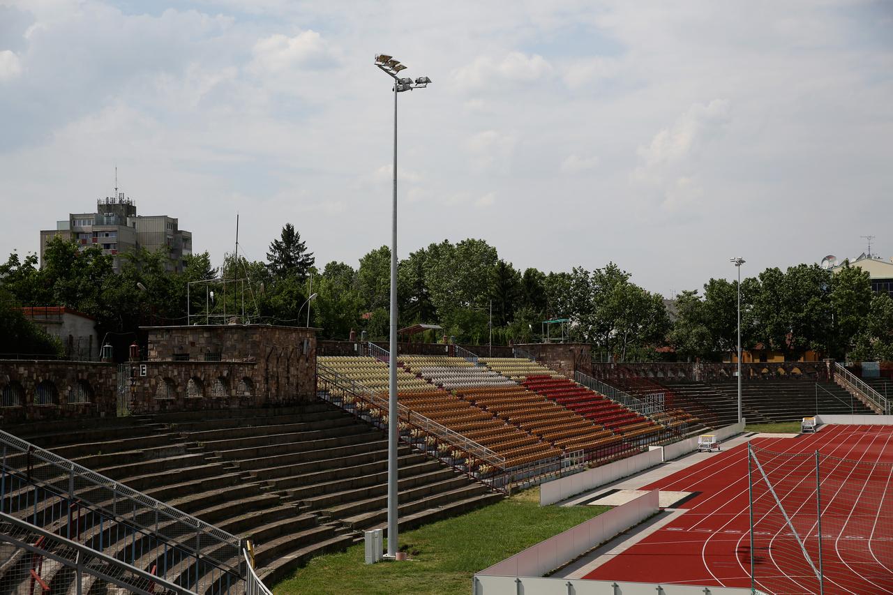 Amikor ott jártunk, akkor az egész stadion területe le volt zárva és építési területnek volt nyilvánítva, szóval nem tudtuk bemenni sem, de onnan nézve olyan radikális változások nem történtek azóta, hogy  2012-ben megnéztük . Akkor jó nagy kabaré lett az élvonalba visszatérő Eger szezonjából, egy darabig úgy nézett ki, az idényt sem tudják majd befejezni, meg amúgy sem játszhattak otthon a világítás hiánya miatt. A stadion leginkább egy amfiteátrumhoz hasonlít a főlelátó miatt, de ennyiben ki is merül a varázsa, maximum a parkos kertvárosi környezet dob még rá egy kicsit. A csúfos véget ért 2012-13-as szezon óta Egerben nincs élvonalbeli futball.