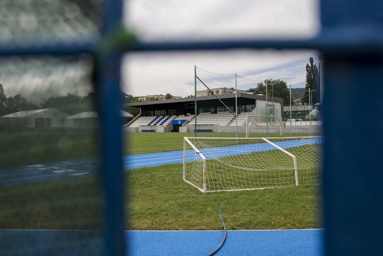 Elég rég volt már, amikor a III. kerületnek NB I.-es csapata volt, legutóbb az 1998-99-es idényben szerepeltek az élvonalban, abban az idényben több mint tízezer néző előtt játszottak hazai pályán a Fradival. Azóta költözött, átalakult, újraalakult a csapat, amely azóta a harmadosztály és a BLASZ között ingázik. Abból a szempontból kilóg a sorból, hogy az egész sporttelepet felújították, már csak a környező panelek emlékeztetnek a régi feelingre. (Lovas Gergő)