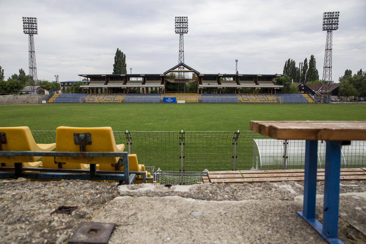 """Legendásan lepattant helyszín volt szinte mindig is a Szőnyi úti BVSC-stadion, ahol tavaly már amerikaifutball-döntőt rendeztek, pedig érkezett oda 1997-ben a spanyol Betis is KEK-meccsre, amikor még a BVSC volt valami a magyar futballban. Aztán egyre ramatyabb állapotba került a létesítmény. """"2000-ben egész tavasszal a Szőnyi útra kellett járni hazai Újpest-meccsekre, mert a Dunaferr ellen megdobálták Bede bírót. Félbeszakadt a meccs, a tüntető újpesti tömeg nagyon nem akart oszlani, kétpercenként jöttek a hírek, hogy már kimenekítették, dehogy, még az öltözőben lapul. Úgyhogy bezárták a pályát, és volt az indoklásban olyan is, hogy romos a Megyeri úti stadion, azért lehetett megdobálni betondarabokkal a bírókat. Volt nagy röhögés, mikor a tábor először bement a Szőnyi útra: ha láttál már romhalmazt, hát az az volt. A kapuk mögötti fapadok teljesen szét voltak rohadva, a kerítésen méteres lyukak, simán be lehetett menni a pályára is, pár haverral vidáman dobáltuk egymást a markunkba összeszedett vörös salakkal. Büfé semmi, a közlekedés katasztrofális, úgyhogy vidám tavasz volt a Szőnyi úton."""" (Nagy Zoltán)"""