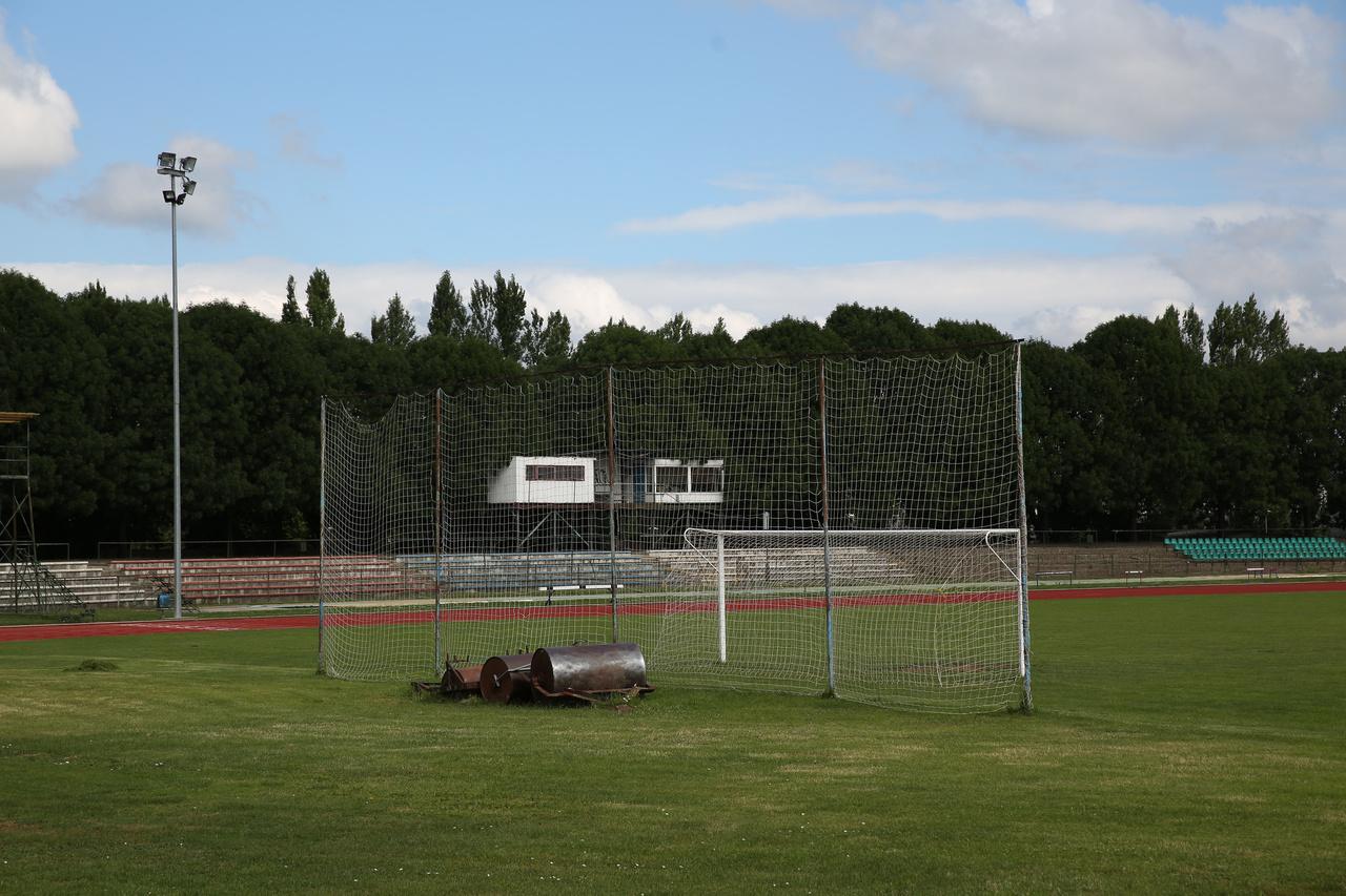 Úgy voltunk a veszprémi stadionban, hogy nem is nagyon éreztük, hogy egy stadionban vagyunk, inkább egy sporttelephez hasonlít, ahol a nyolcvanas évek végén a Ferencváros ellen 12 ezren voltak. Közepesen elhanyagolt lelátók, régi közvetítő állás, ahova felmászva szépen be lehet látni a környéket, miközben zajlik a sportélet a futópályán és a kisebb füveseken. A városnak 1988-tól volt élvonalbeli csapata, az 1989-90-es kiírásban jött a nagy bravúr, amikor a hatodik helyet csípték el, de egy évvel később ezt is sikerült felülmúlni egy ötödik hellyel. Végül 1993-ban esett ki a csapat, amely Veszprémi LSE néven a múlt idényben NB III.-as volt. (Lovas Gergő)