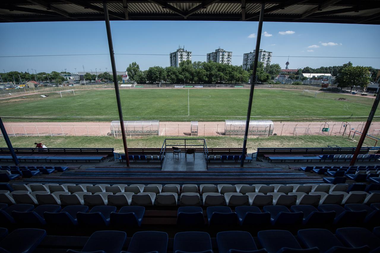 Itt szerettem meg a focit, itt kezdtem először meccsre járni. A SZEOL az 1983-84-es bajnokság tavaszi idényét - de talán az őszinek is a nagy részét - a már akkor is ütött-kopott SZVSE-pályán töltötte, mert a Felső Tisza-parti Stadionban tönkrement a gyep. Az egész tavaszi szezont ott ültük végig apámmal, meg az egyik barátjával, elismerően szóltunk Kaszás Gábor szakértelméről, Gruborovics Tibor intelligens játékáról, nekifutás nélkül elvégzett szabadrúgásgóljairól, Kun Lajos fejeseiről, Deák elfutásairól, Kozma szereléseiről. A bajnok Honvédot 4-3-ra vertük, az ezüstérmes Rábát 4-2-re. A meccsek teltházasak voltak, a Kossuth Lajos sugárúti tízemeletesekből egyre többen potyáztak. Kilencedikek lettünk végül, de ez az állandóan az első és a másodosztály között jojózó SZEOL-nál ez felért egy bajnoki címmel. Aztán a SZVSE-pályán ragadtunk a következő bajnokságra is, és nagyjából ugyanezzel a játékosállománnyal tökutolsóként, mindössze 14 ponttal zúgtunk ki az NB II.-be. Ott voltam utolsó NB I.-es meccsünkön, amit a SZVSE-pályán játszottunk: 5-4-re vertük a Vasast, de akkor már minden mindegy volt. (Tóth-Szenesi Attila)