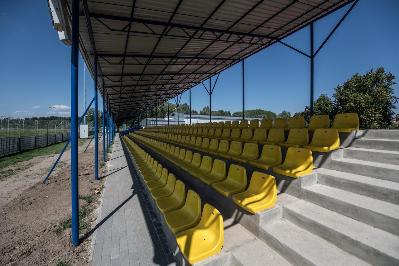 A tizenegyezres Bács-Kiskun megyei város stadionjában 1998. március elsején kilencezren voltak a Tiszakécske-Újpest meccsen. Ez abszolút csúcs, a város csapata akkor töltötte egyetlen első osztályú szezonját az NB I.-ben. Hatvan-hetven millióból újították fel a lelátót, az öltözőfolyosót, az eredményjelzőt. A csapat egy évet töltött az első osztályban, a 15. helyen végzett, és az osztályozón a III. kerület ellen vérzett el. A foci most kezd feltámadni a városban: a Nyilas Elek edzette csapat megnyerte a megyei első osztályt, és senki se csodálkozzon, ha az NB III.-ben nem érik be a kiesés elkerülésével. (Tóth-Szenesi Attila)