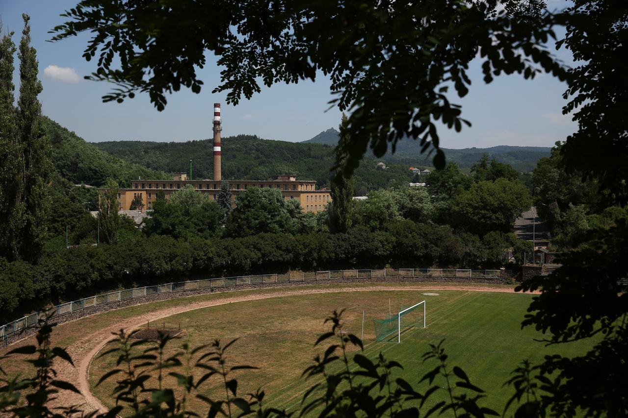 A salgótarjáni Szojka Ferenc stadionról mondogattak olyasmiket egy időben, hogy az ország egyik legszebb fekvésű stadionja, ami igaz is addig, amíg az ember nem kezd el bóklászni a környéken. A főlelátó tetejéről lehet látni gyárkéményt és gyárépülett, de mögött hegyet és még egy várat is ki lehet szúrni, csak a bejáratnál ette meg a rozsda a stadion nevét hirdető feliratot. A salgótarjáni is az egykoron jól menő bányászklubok egyikeként egész meghatározó csapat volt az NB I.-ben, a hetvenes évek elején a harmadik helyen végeztek, és nemzetközi kupameccset is játszottak.