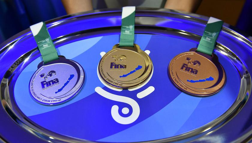 A vizes világbajnokság nyíltvízi versenyszámának érmein stílusosan a Balaton tűnik fel.