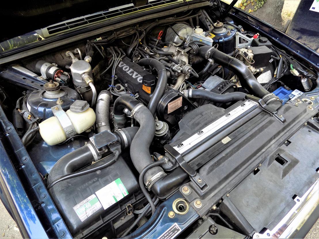 A motortérrõl ordít, hogy vigyáztak az autóra