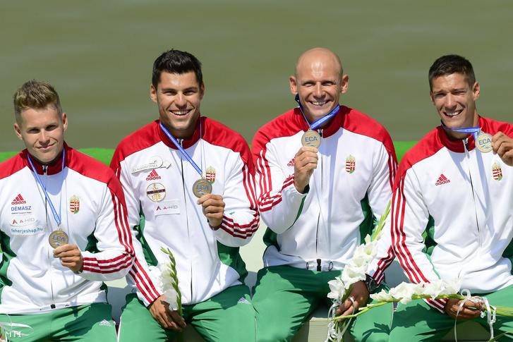 Nádas Bence Tótka Sándor Molnár Péter és Mozgi Milán (b-j) mutatja aranyérmét a férfi kajak négyesek 500 méteres döntőjének eredményhirdetésén