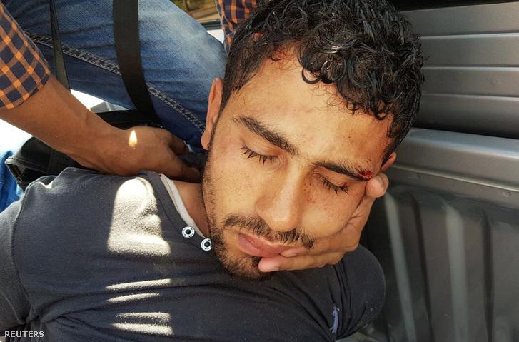 A támadó, miután a biztonsági személyzet őrizetbe vette