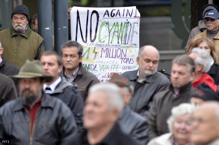 A romániai Verespatakra tervezett cianidos technológiával termelő aranybánya-beruházás ellen tiltakozó csendes demonstráció a szolnoki Kossuth téren 2013. október 2-án.