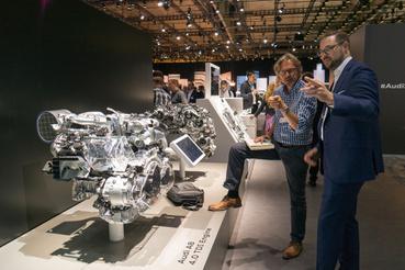 Az engine expert elmagyarázza az 585 lóerős W12-es turbómotort, tán még arra is tudja a választ, hogy mire kell 900 newtonméter