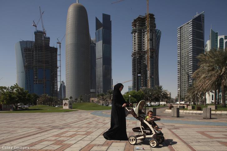 Babakocsis nő a Doha egyik épülő üzleti negyedében