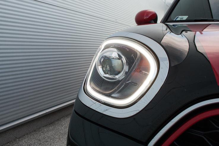 Nem szép, de elképesztően hatékony LED-es fényszóró