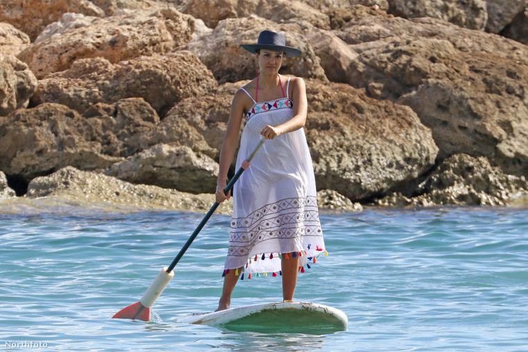 A visszafogott fürdőzés mellett kipróbálta a manapság eléggé felkapott paddleboardot is.
