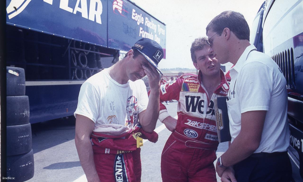 Mansell egy rosszabb pillanatában, de most beszéljünk inkább a mellette álló Jonathan Palmerről. Az F1 egyik legtehetségtelenebb olyan figurája volt, aki éveken át indult a sorozatban. Napjainkban a fia, Jolyon Palmer kezdi betölteni ezt a szerepet a Forma-1-ben, bár a srác azért valamivel ügyesebb nála. Az idősebb Palmer egyébként remek orvos, már az is, hogy van polgári foglalkozása, mutatja, hogy nem a Forma-1-re termett. 24.-nek kvalifikált 86-ban, hét másodpercre Sennától. De két másodperccel verte Huub Rothengattert és néggyel Allan Berget, akik tényleg csak párfutamos versenyzők voltak.