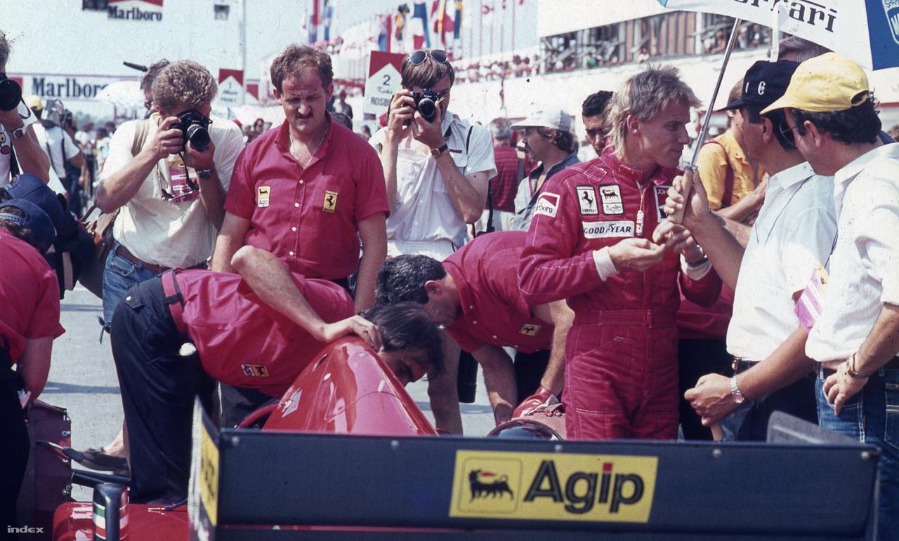 Stefan Johansson az a szőke svéd ott a Ferrarija mellett. Az egyik legismertebb név, aki sosem nyert a Forma-1-ben, pedig nagyon sokszor indult, és mint látjuk, menő csapatnál is versenyzett.