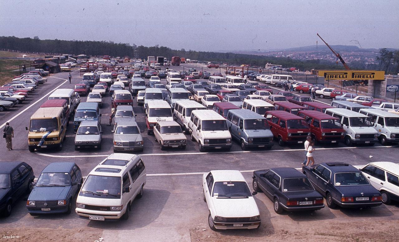 Régi szép idők, amikor még a pályán belül lehetett parkolni a Hungaroringen. Ma már a sajtó, de a csapattagok sem mehetnek fel saját kocsival, a pálya aljában van egy óriási terület a kocsiknak, ahonnan kisbuszokkal fuvarozzak fel az embereket a paddockig, azaz a boxutca mögé, ahol az istállók felállítják hatalmas mobilépületeiket.