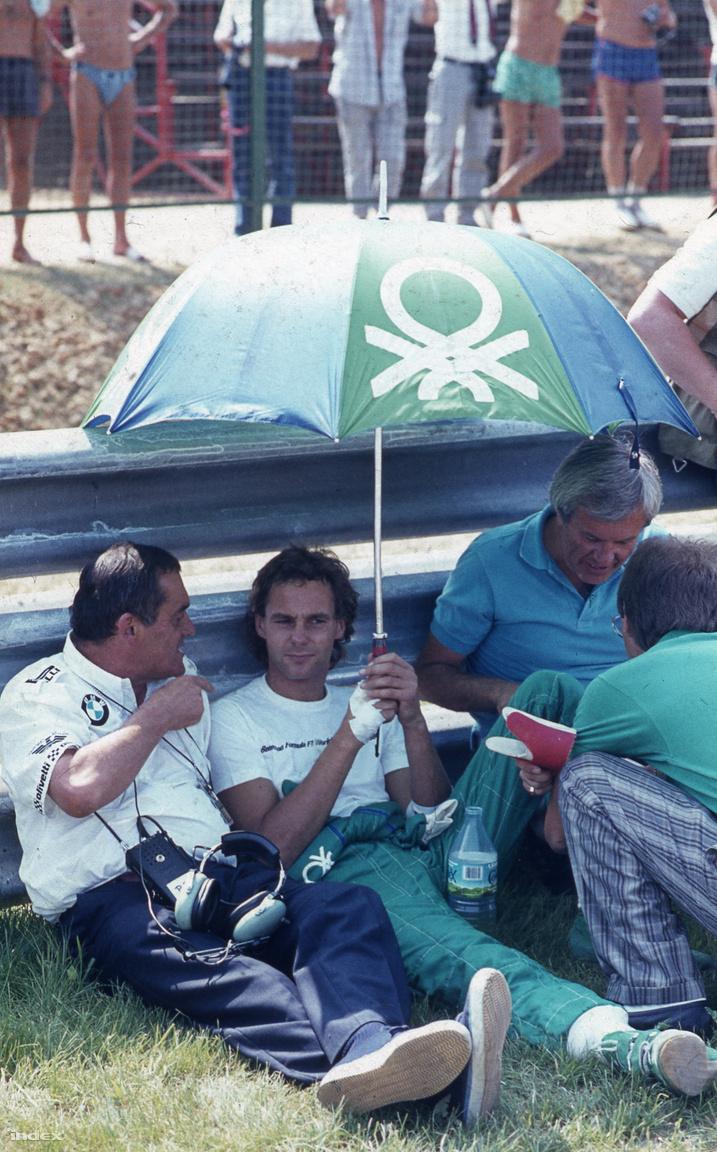 Egy újabb felejthetetlen arc, rengeteg hajjal: Gerhard Berger, a Benetton osztrák tehetsége. 26 éves volt, pár hónappal később nyerte első F1-versenyét, Mexikóban. A Hungaroringen sosem volt igazán szerencséje, egyszer sem győzött itt, a nyitóversenyünkön sem ért célba.